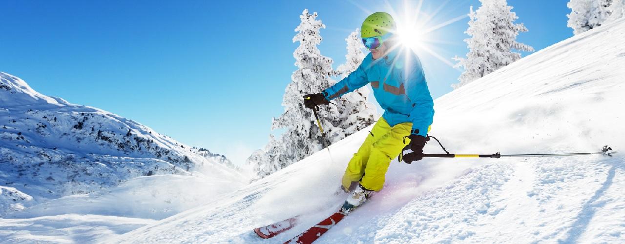 Skifahrer in Schneelandschaft, Abfahrt, Piste