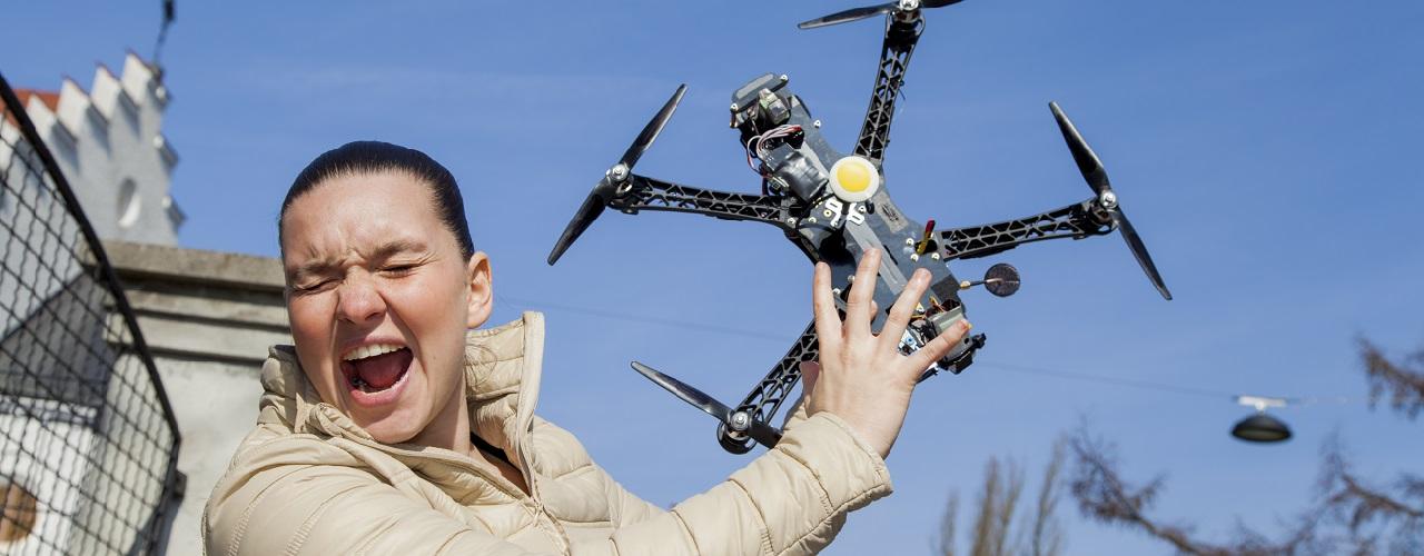 Junge Frau wehrt Drohne ab