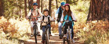 Familie auf Fahrradtour
