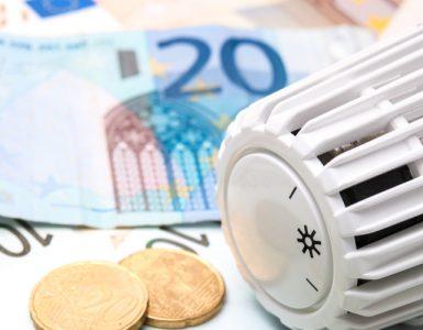 Thermostat mit Geld im Hintergrund