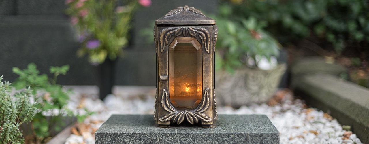 Eine Grabstätte mit einer brennenden Kerze
