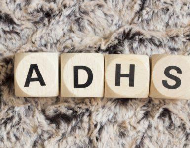 Bedruckte Holzwürfel bilden das Wort ADHS