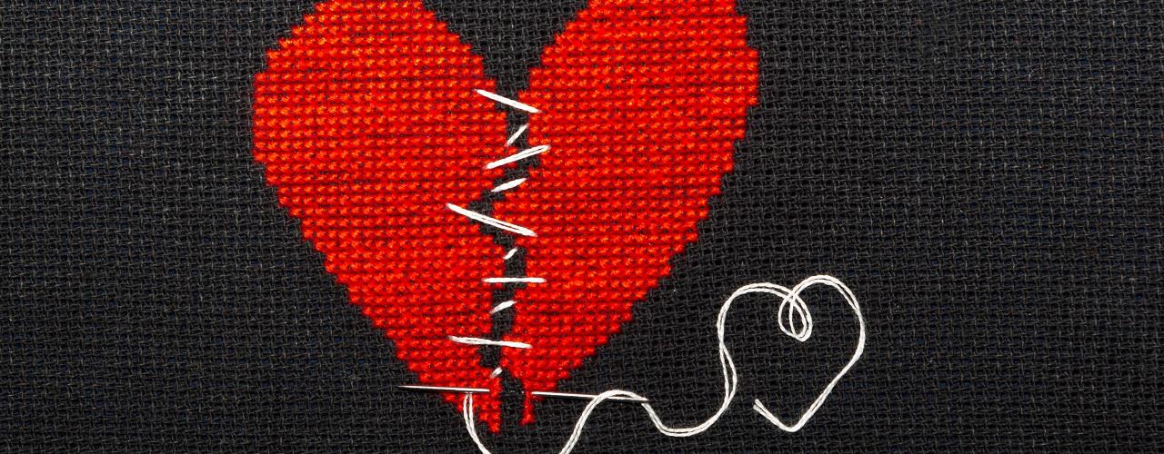 Gebrochenes und wieder zusammengenähtes Herz