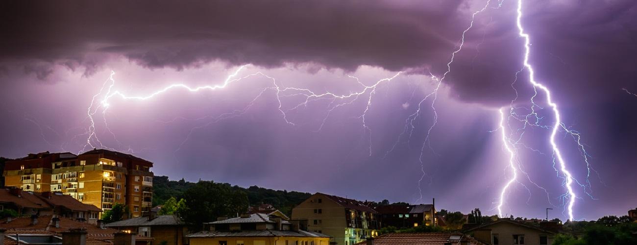 Blitzeinschlag in einer Wohngegend