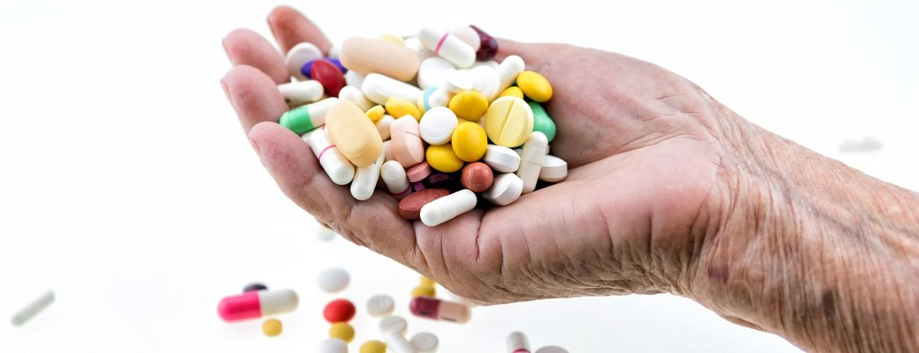 Eine Hand mit Tabletten