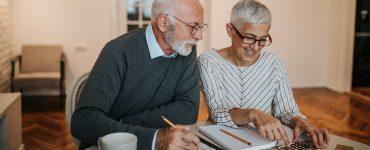 Älteres Ehepaar beim Rechnen