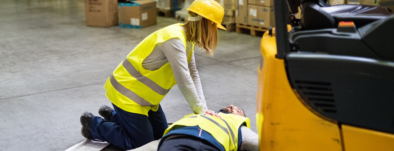 Arbeitsunfall - Mann liegt auf Boden