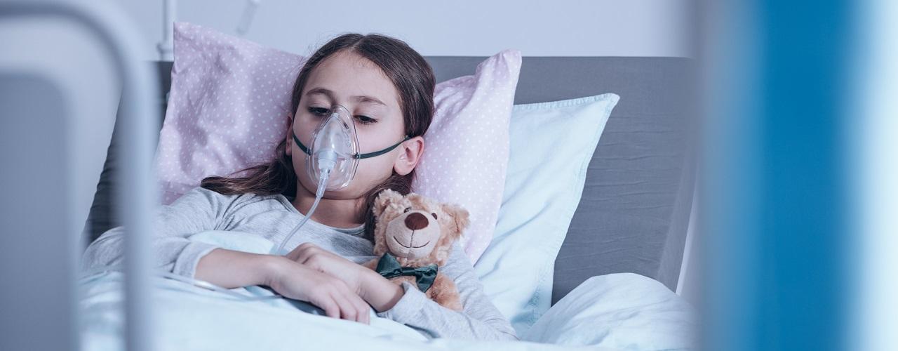 Mädchen mit Mukoviszidose liegt im Krankenhaus