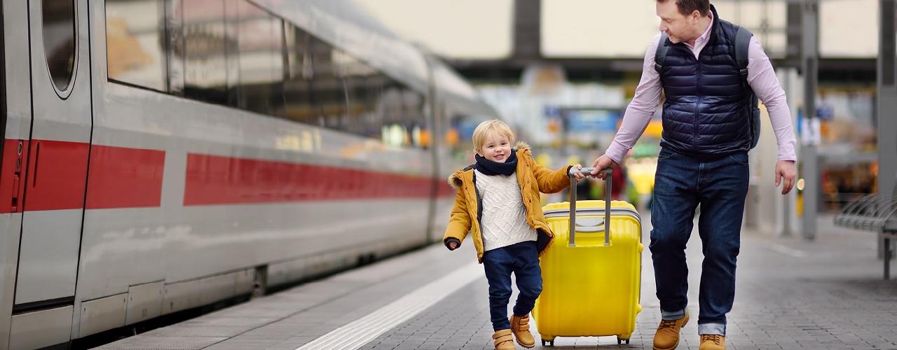 Vater mit Sohn auf Bahnsteig