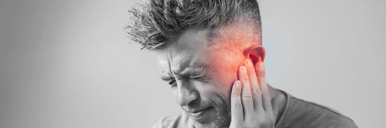 Mann mit Ohrenschmerzen und Hörsturz
