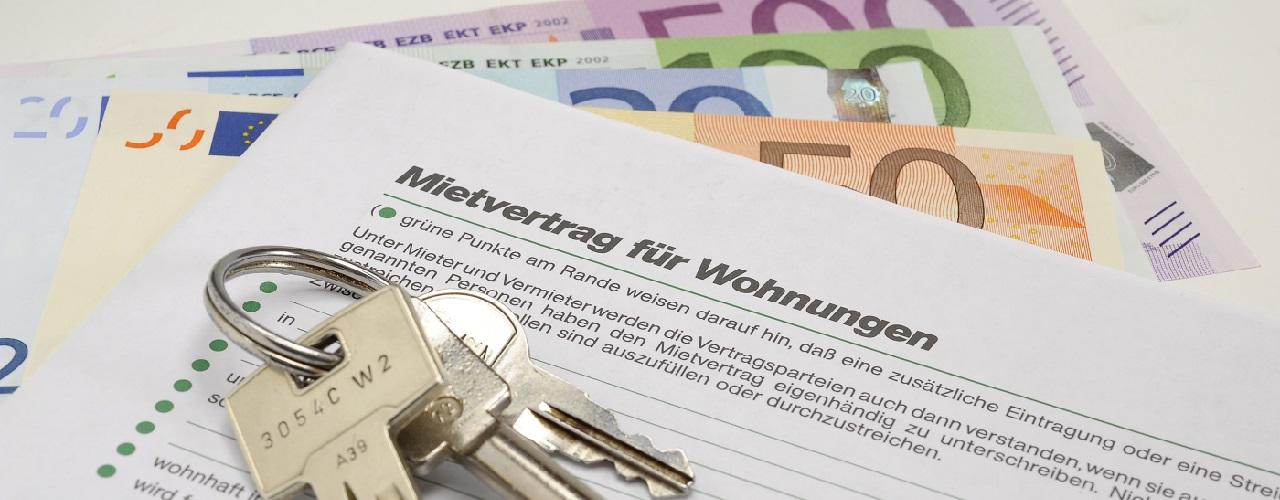 Hausschlüssel und Mietvertrag für eine Wohnung