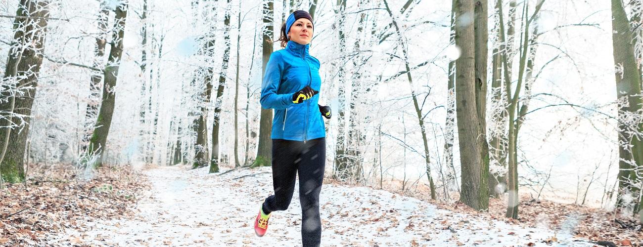 Eine junge Frau geht dem Joggen im Winter nach