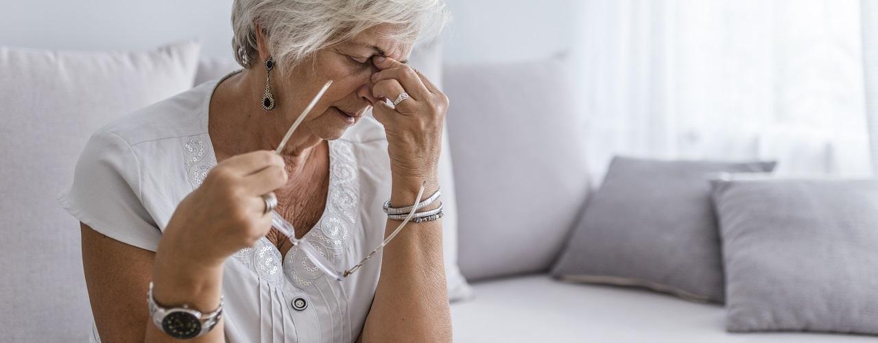 Ältere Frau leidet unter Kopfschmerzen