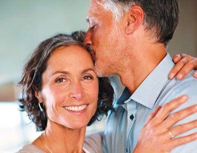 IDEAL Pflegeversicherung: Mann küsst Frau