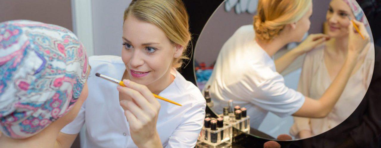 Kosmetikerin trägt bei einer Krebspatientin Make-up auf