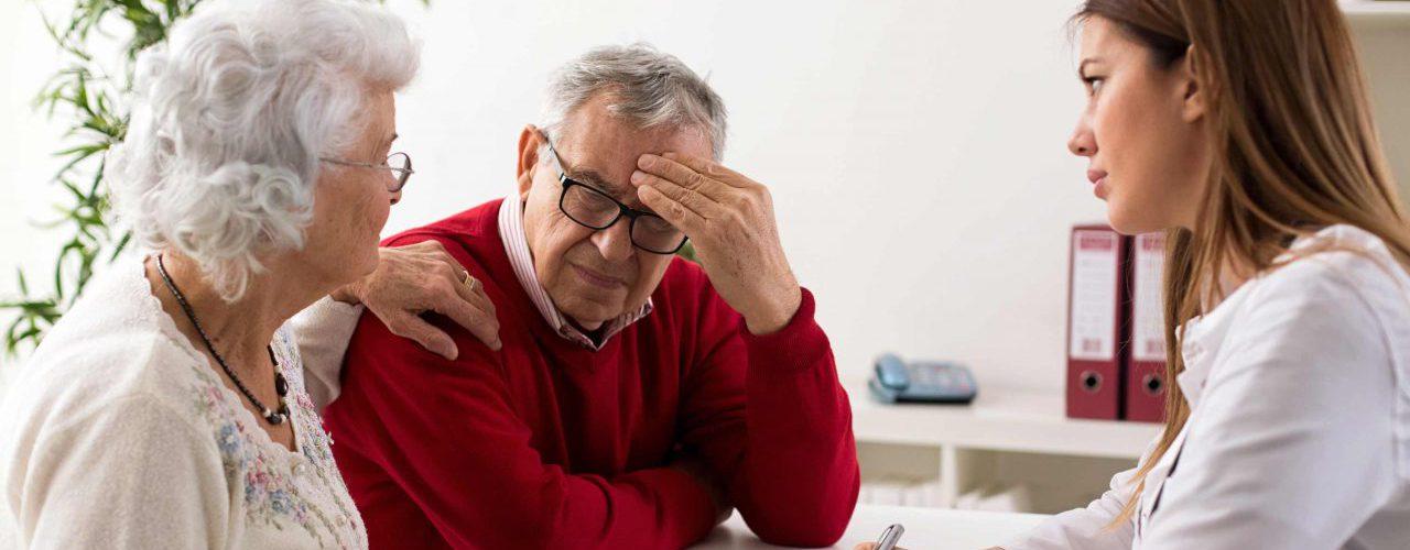 Ärztliches Beratungsgespräch älteres Ehepaar