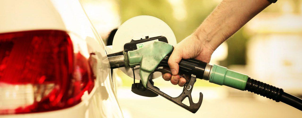 Tankrüssel im Auto an der Tankstelle -Krebserregende Substanz Benzol
