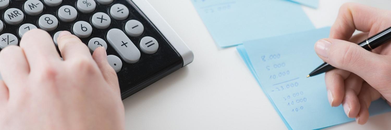 Hände mit Taschenrechner, Papier und Stift, Vorteile und Nachteile, Bilanz berechnen