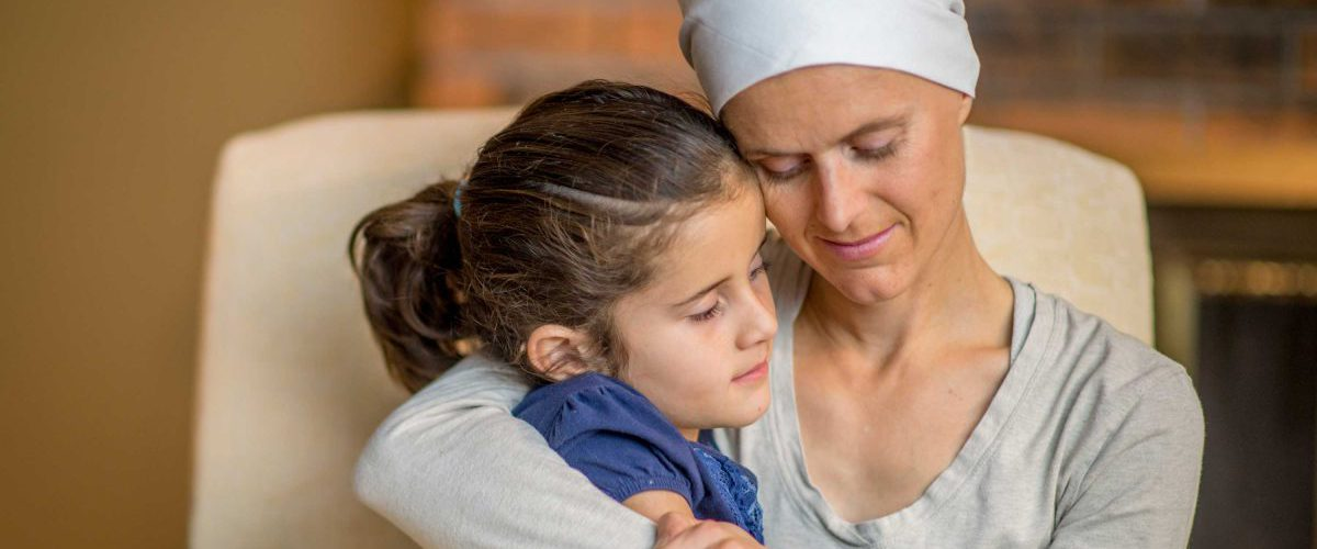 Leukämiekranke Mutter umarmt ihrer Tochter