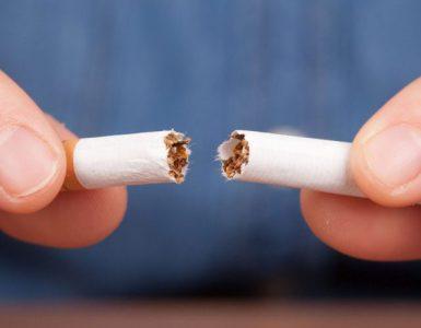 Raucher durchbricht seine Zigarette