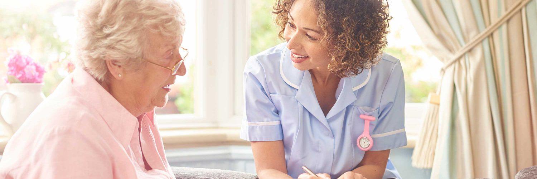 Pflegegrade - Pflegebetreuerin mit Seniorin im Gespräch