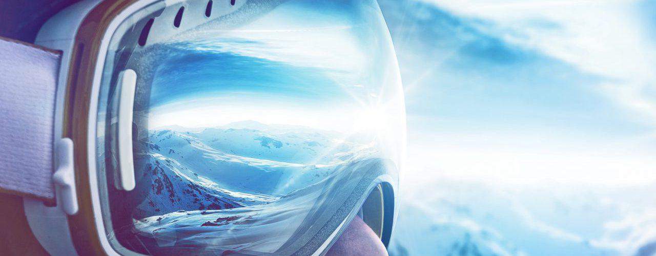 Skifahrer mit Bergpanorama in der Brille