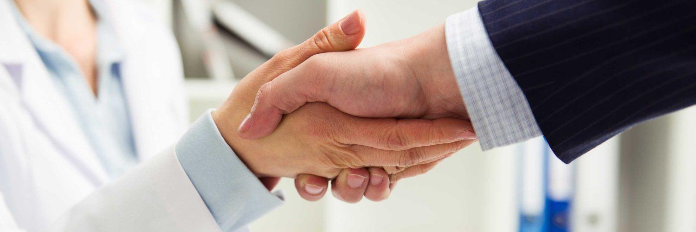Hand reichen als Zeichen des Vertrauens zwischen Patient und Ärztin